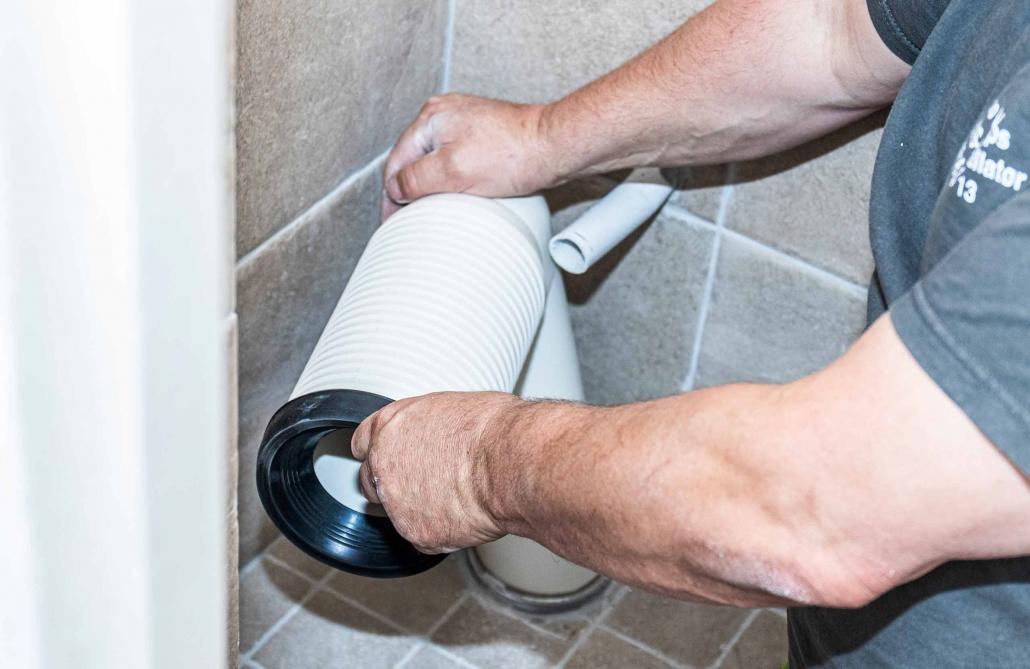 VVS-installation af toilet på badeværelse